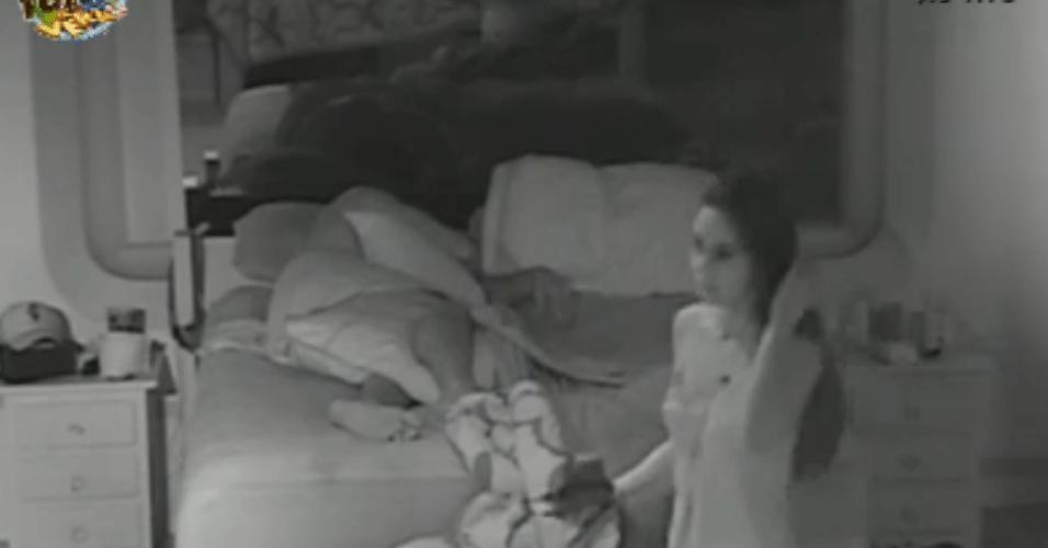 Flávia anda no quarto durante a madrugada