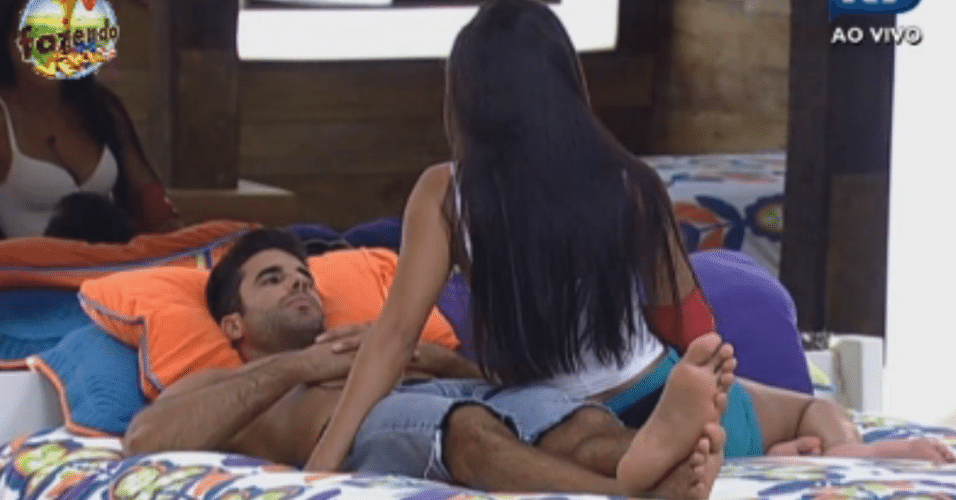 Flávia e Dan discutem a relação