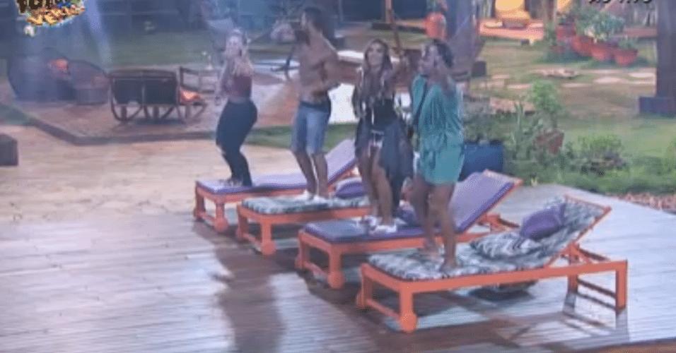 Nicole Bahls dança com Ísis, Thyago e Victor na área externa da casa