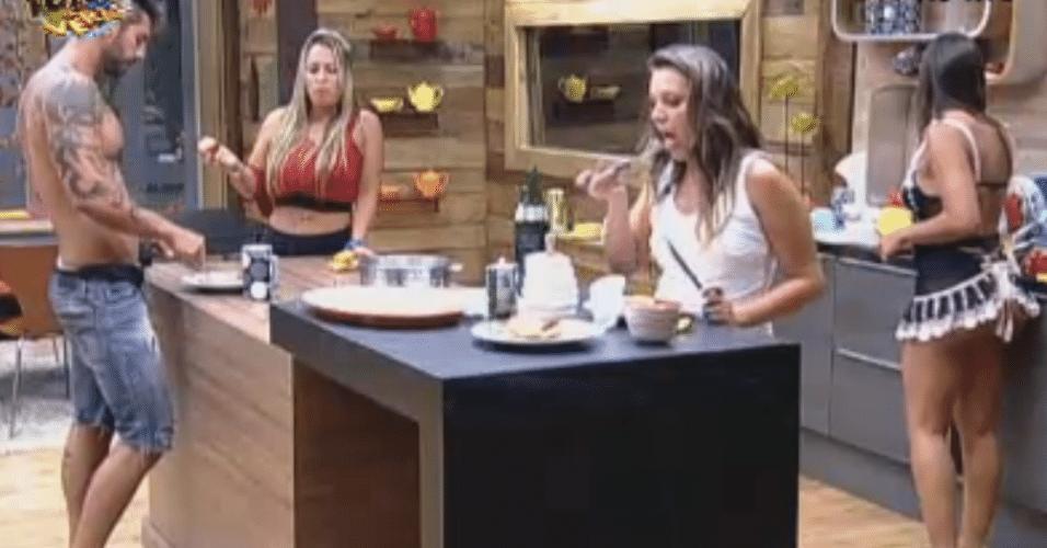 Peões comem frango frito preparado por Ísis durante a madrugada