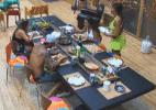 Com a ajuda de Ísis, Nicole prepara almoço para os peões - Reprodução/Record