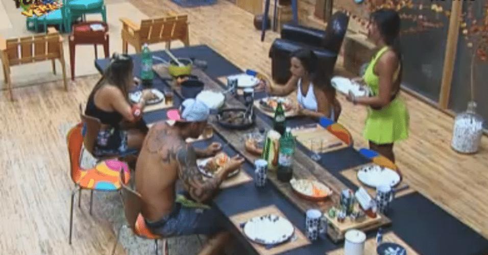 Victor, Ísis, Thyago, Nicole e Angelis almoçam juntos