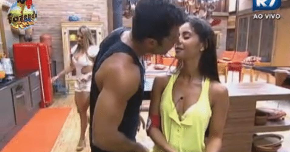 Flávia e Dan trocam beijos na cozinha