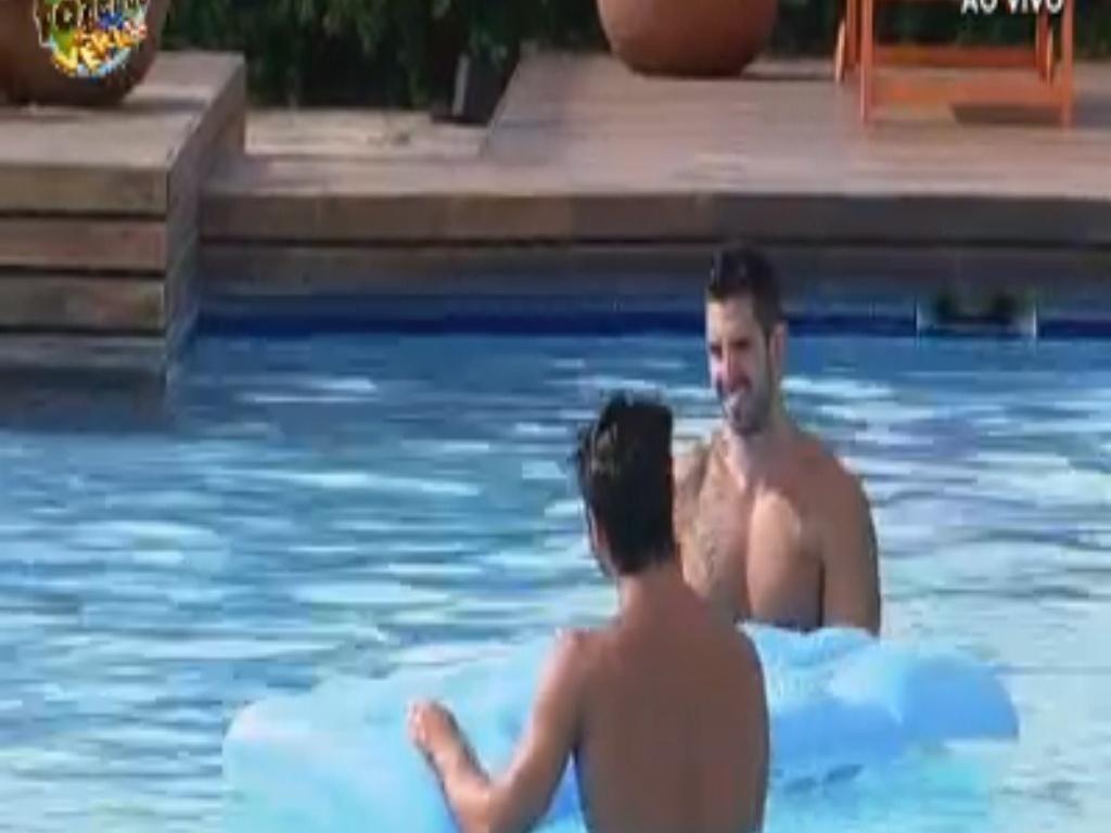 Thyago e Victor aproveitam sol para entrar na piscina