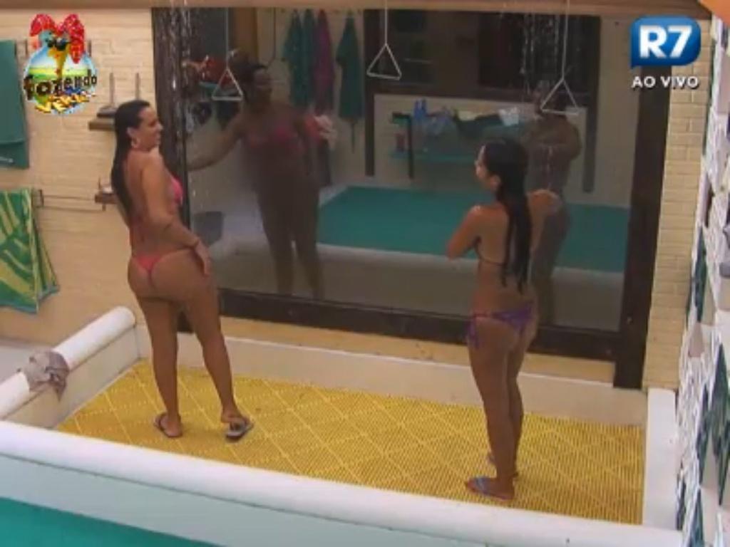 Angelis e Flávia tomam banho juntas