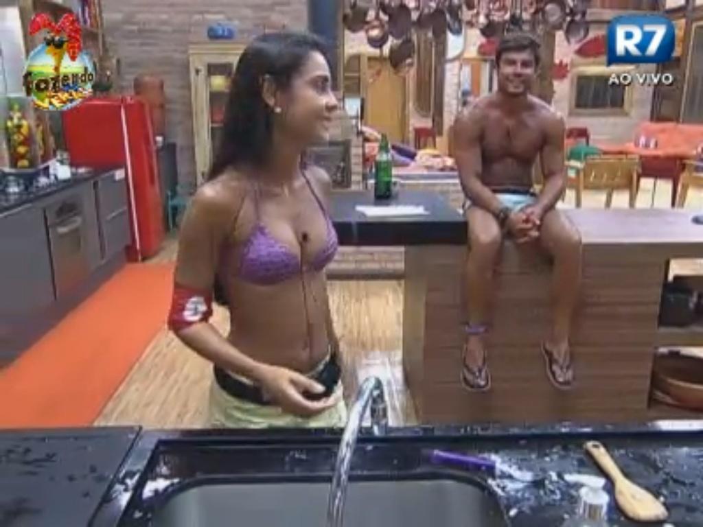Flávia e Victor comentam peões que sentem saudade