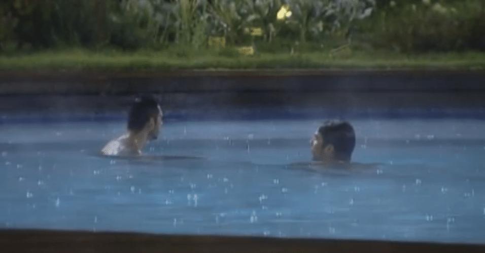 Thyago e Victor aproveitam a piscina antes da roça