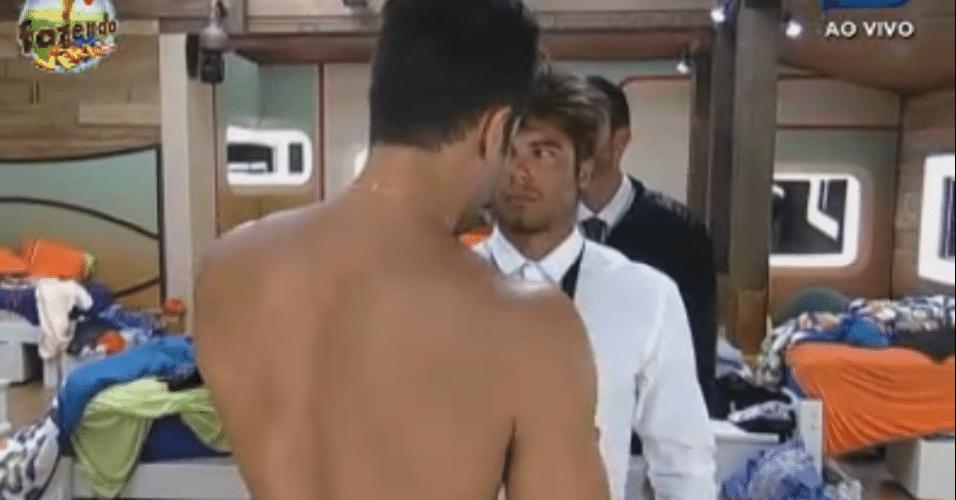 Dan ajuda Victor com o nó da gravata