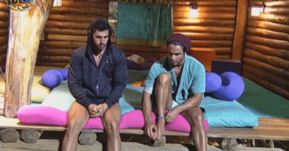 Thyago e Victor conversam na casa da árvore