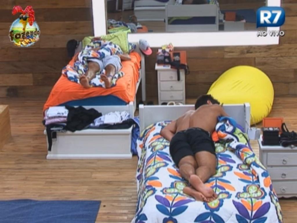 Thyago e Victor descansam profundamente