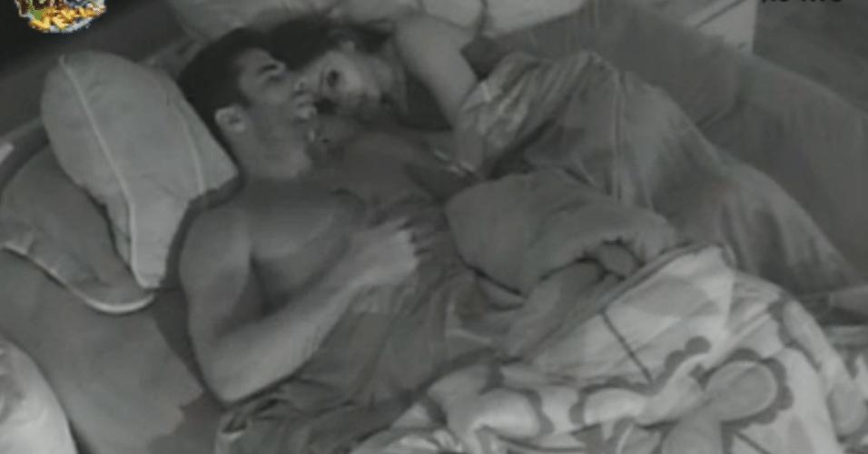Dan e Flávia conversam no quarto