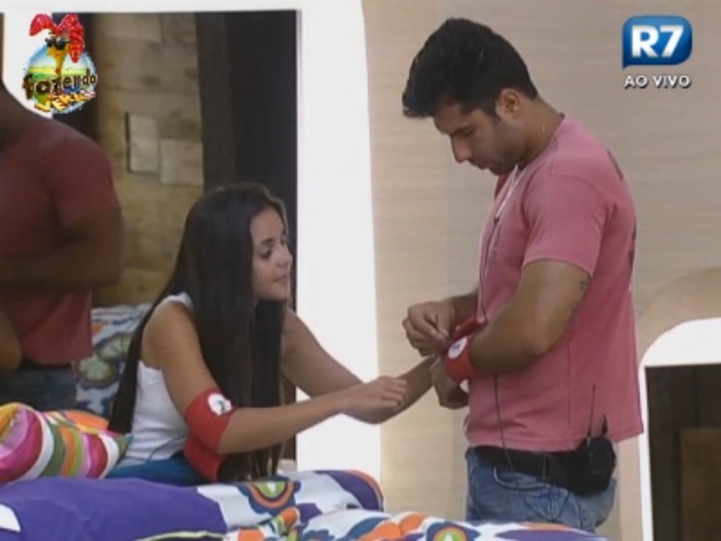 Flávia ajuda Dan a colocar a braçadeira