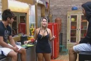 Thyago, Victor e Ísis conversam na cozinha