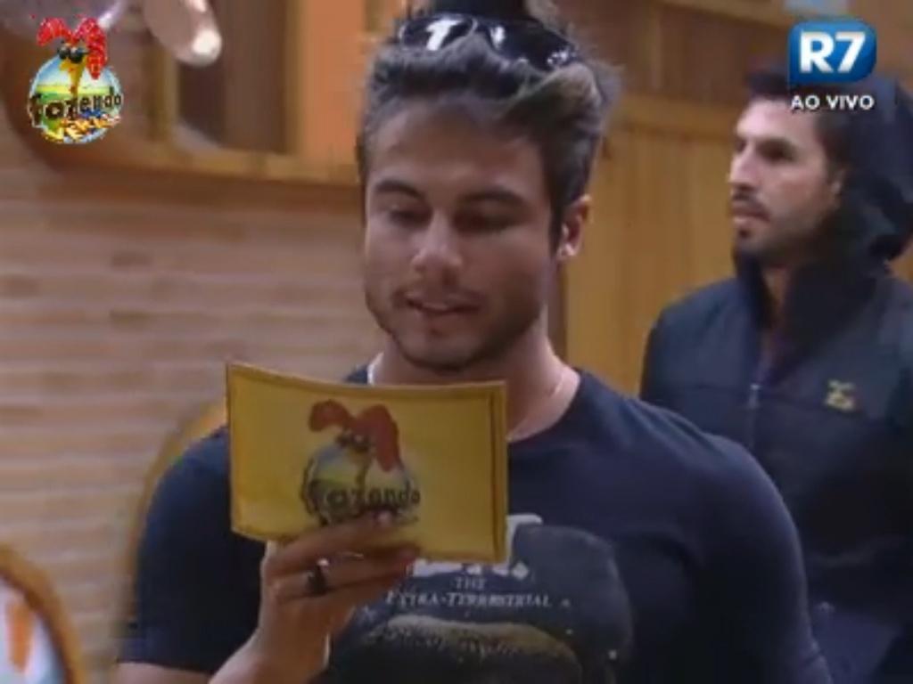 Victor lê instruções da ficha