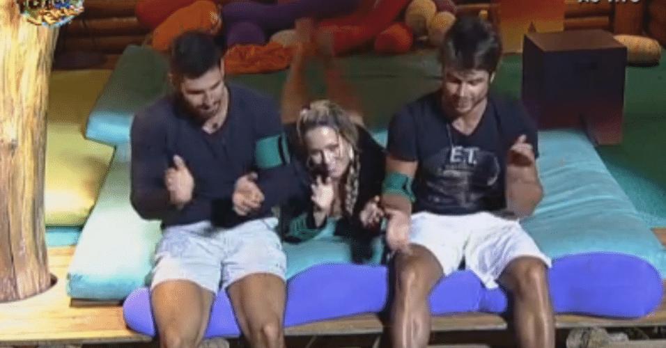 Thyago, Victor e Ísis cantam 'parabéns' para a mãe do surfista