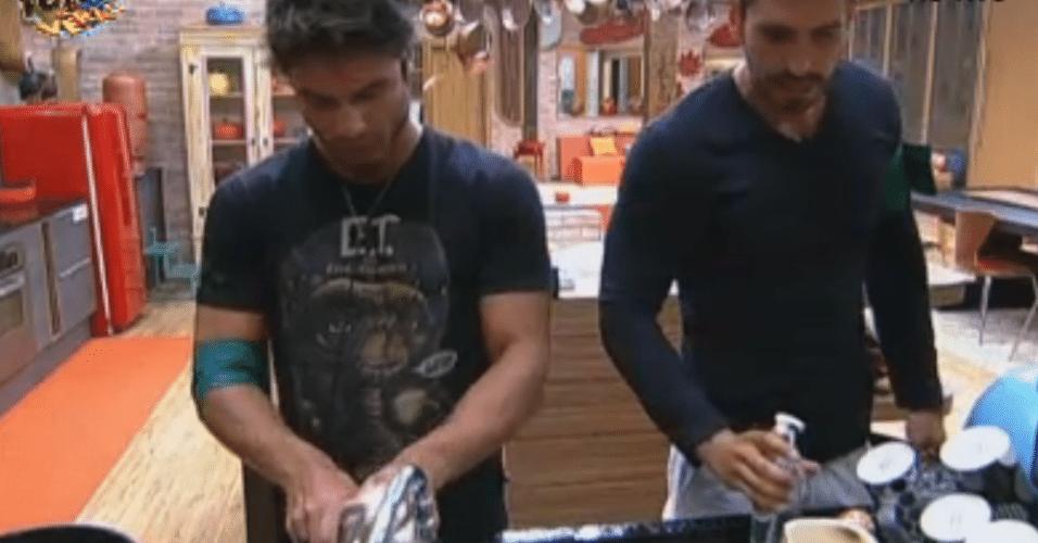 Victor, Thyago e Ísis limpam a cozinha durante a madrugada