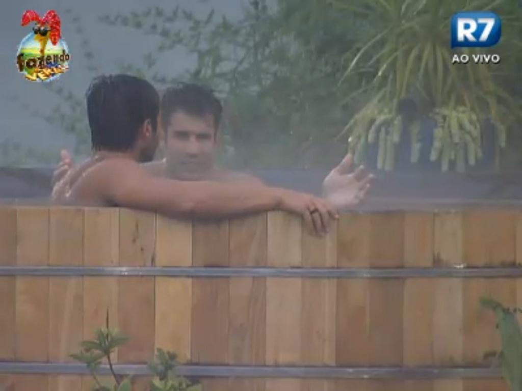 Victor e Dan ficam no ofurô mesmo debaixo de chuva