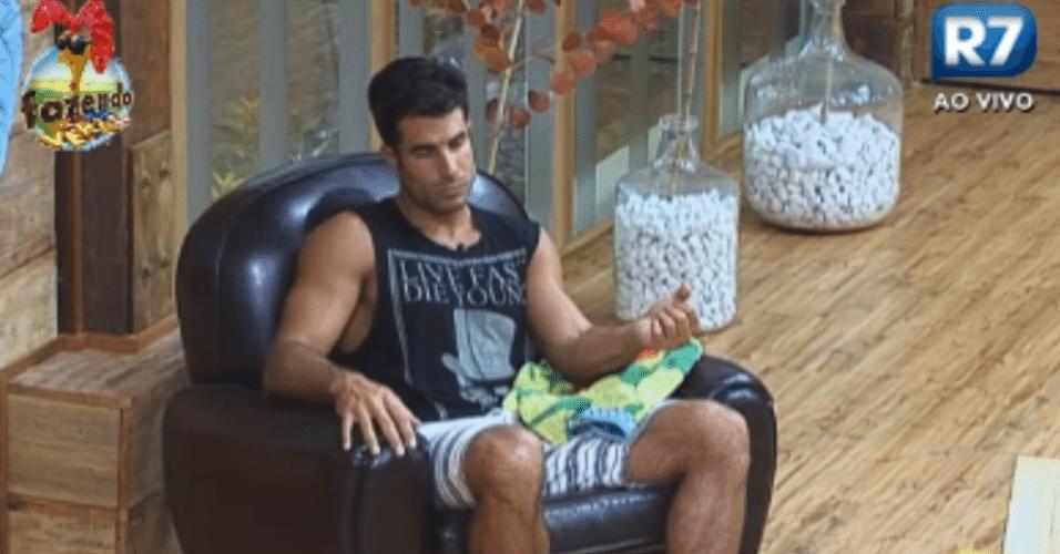 Com braço machucado, Dan fica sentado sozinho e em silêncio na sala