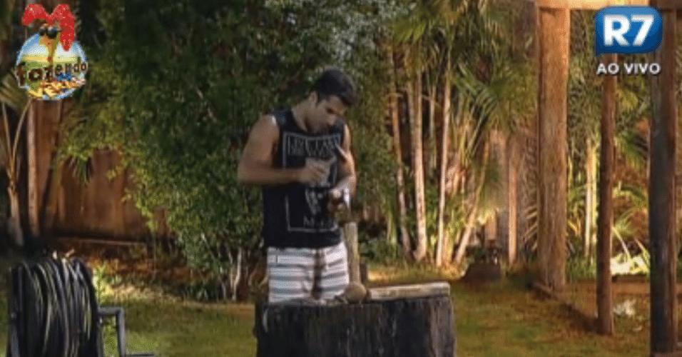 Depois do jantar, Dan começa a esculpiar um pedaço de madeira