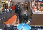 Sem poder trabalhar, Manoella ajuda como pode na cozinha - Reprodução/Record