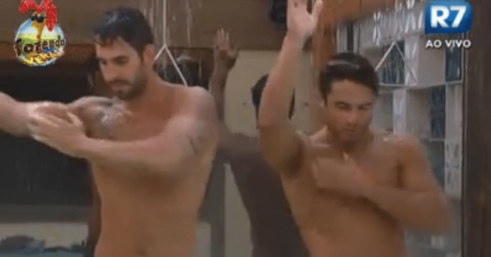 Thyago e Victor dançam no banho