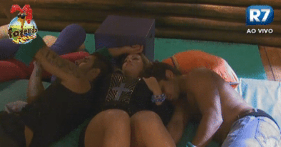 Thyago fica irritado com a possibilidade de uma roça tripla com Ísis e Victor