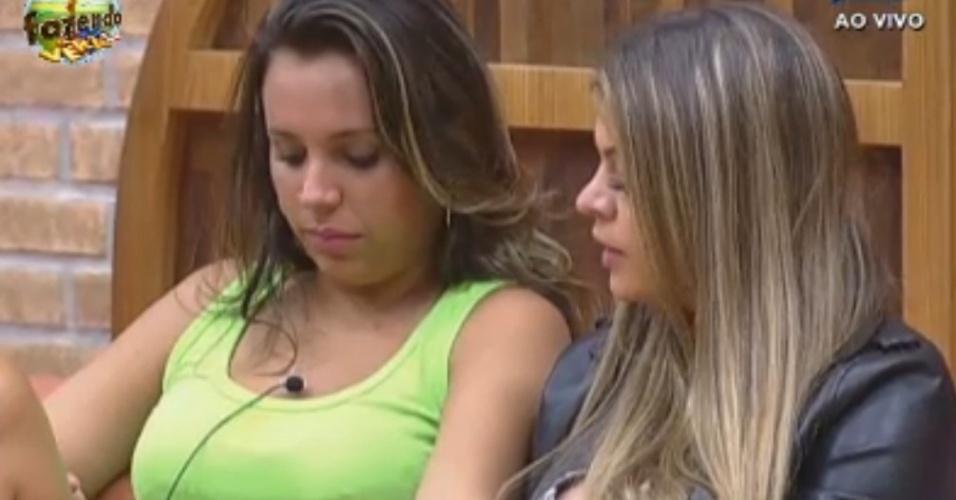 Manoella e Angelis conversam no sofá