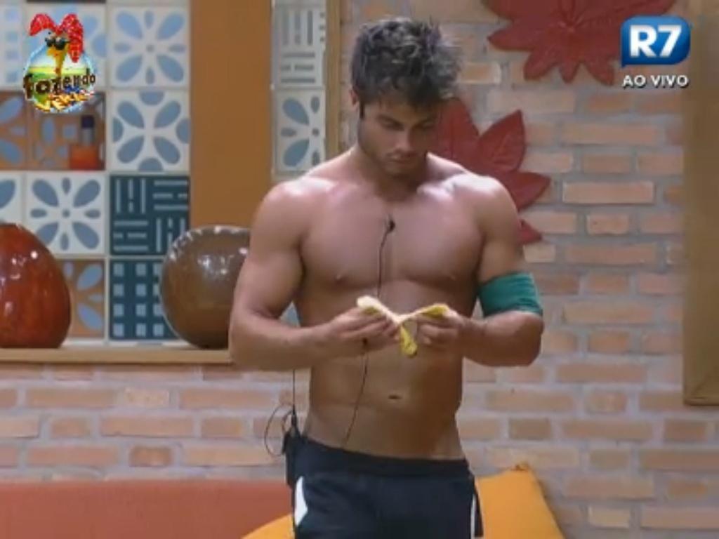 Victor come banana antes de malhar