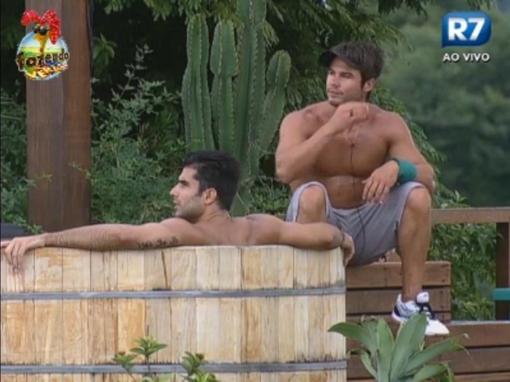 Victor conversa com Dan no ofurô
