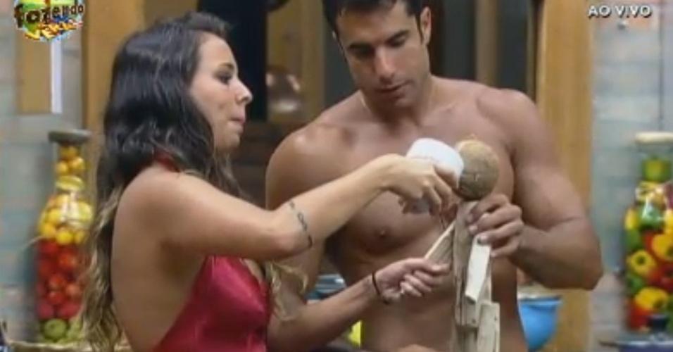 Dan e Angelis brincam com boneco de madeira