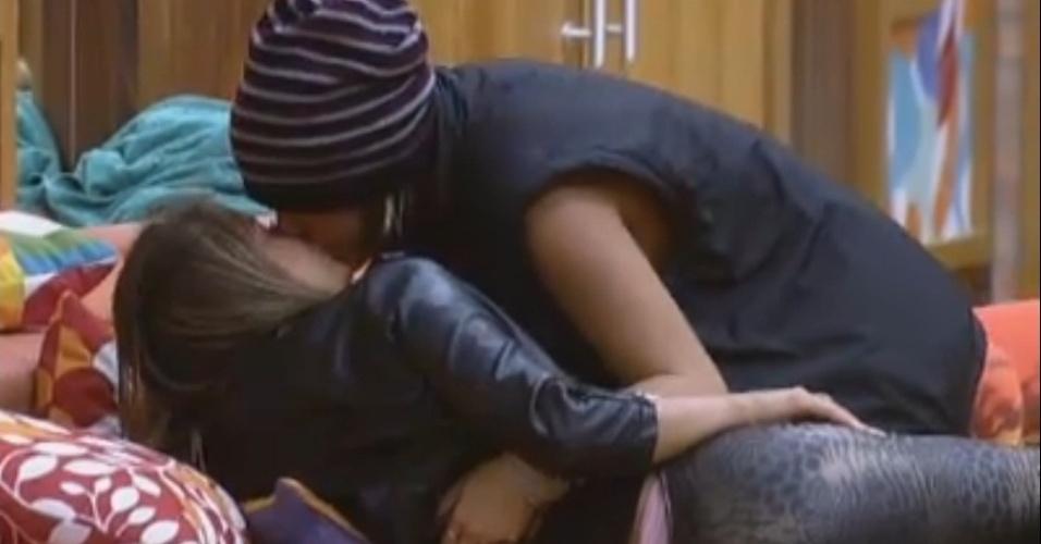 """Sua chance de pegar o Victor"", diz Angelis para Manoella"