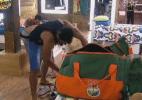Com ajuda dos colegas Victor, Ísis e Thyago, Dan prepara as malas - Reprodução/Record