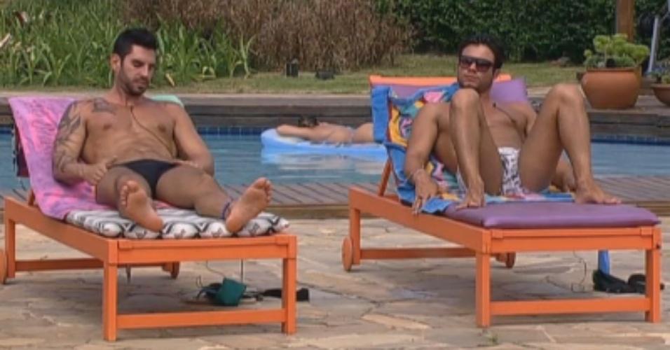 Thyago e Victor também tomam sol durante à tarde