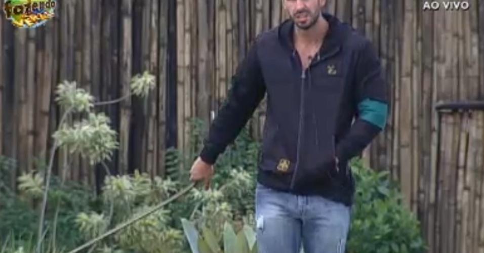 Thyago reclama por ter que regar o jardim após chuva