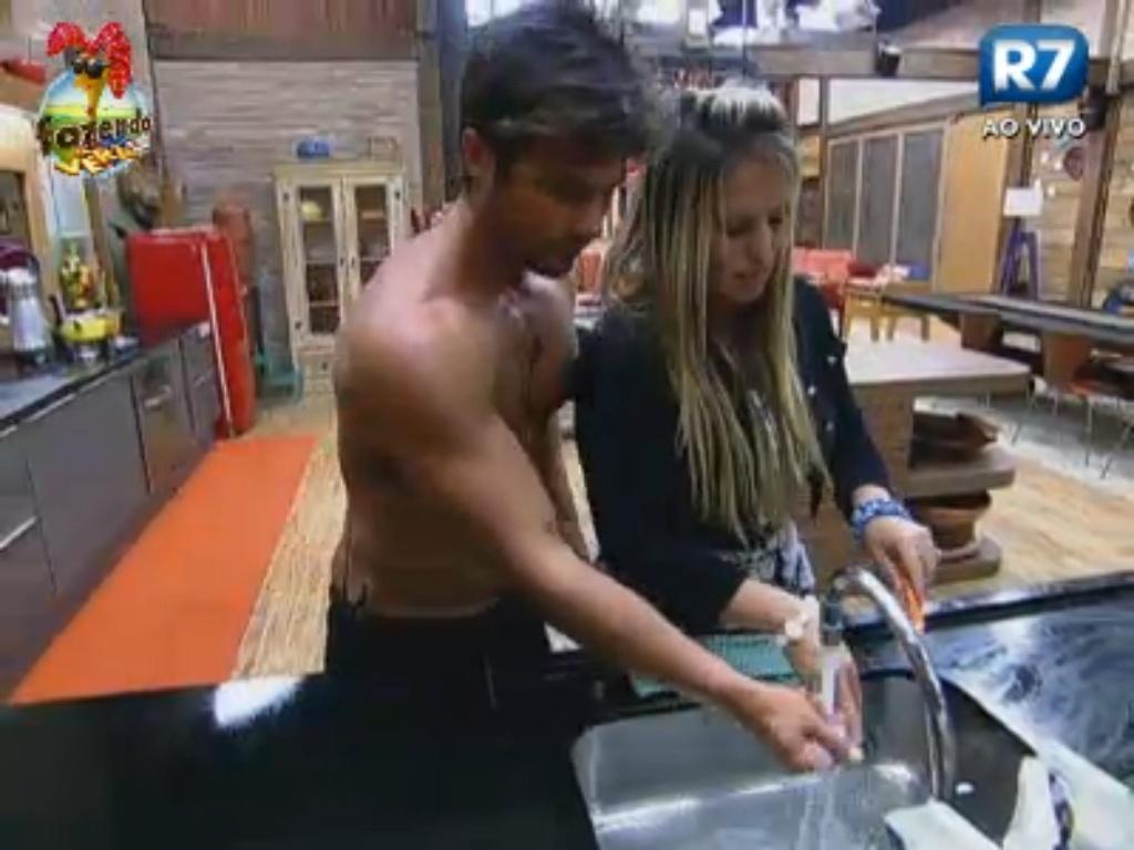 Victor e Ísis lavam louça e comentam roça