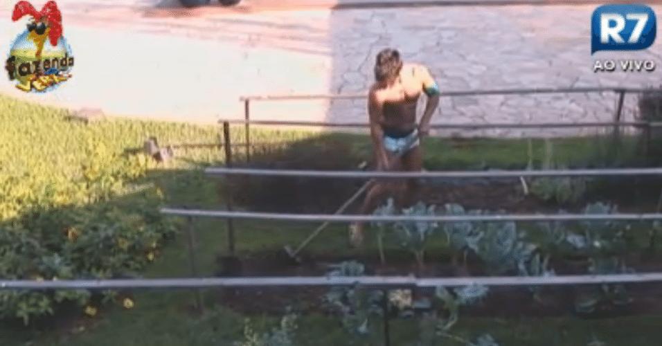 Sozinho, Victor cuida da terra da horta pela manhã