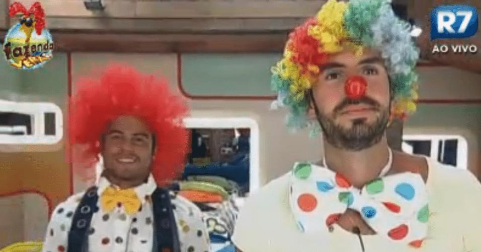 Thyago e Victor se vestem de palhaço para a atividade em grupo