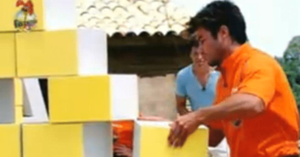 Victor tira um dos blocos do paredão