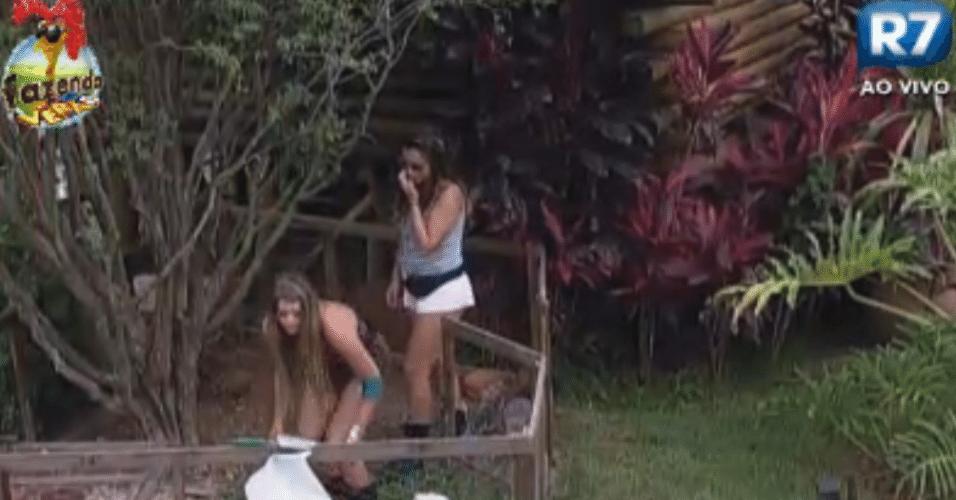 Angelis ajuda Manoella a cuidar dos coelhos da fazenda