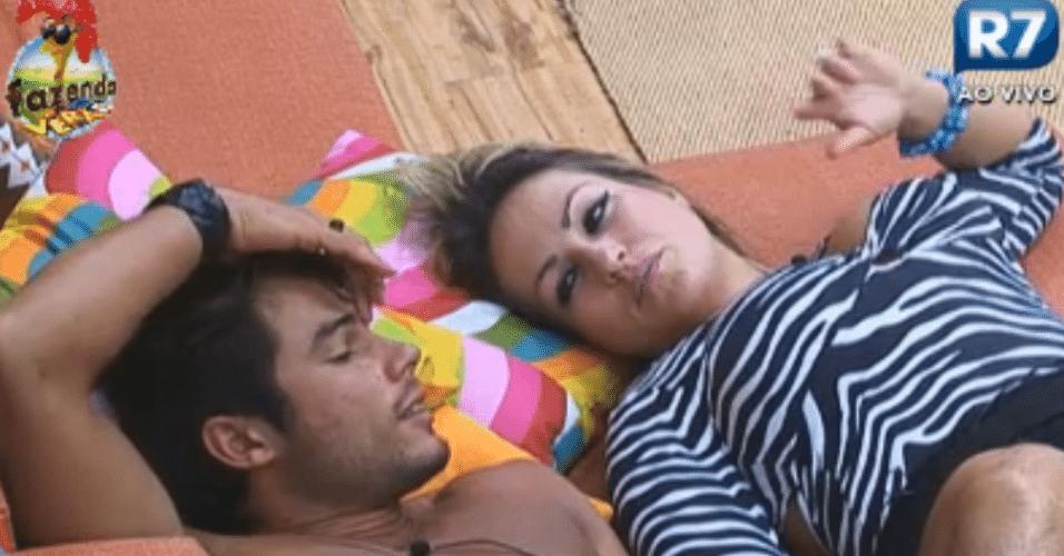 Ísis e Victor falam sobre estilo, deitados no sofá