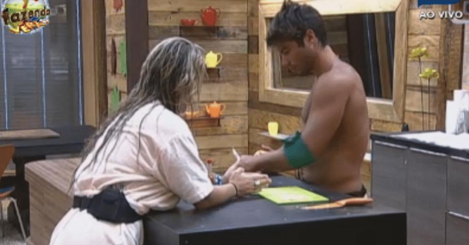 Ísis ensina Victor a descascar cebola