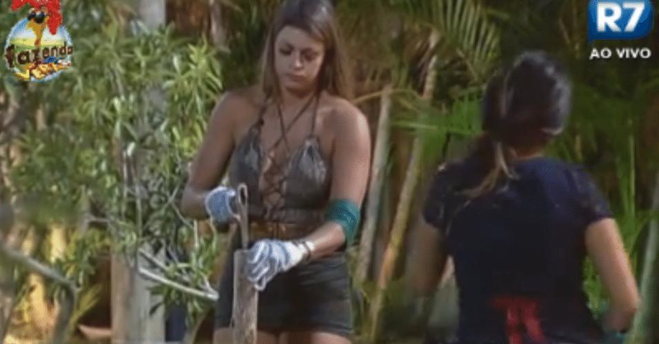 Manoella e Angelis cortam lenha para fogueira