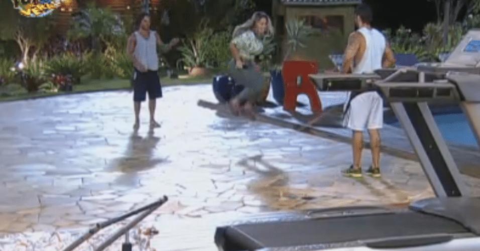 Ísis brinca de pular corda com Thyago  e Victor