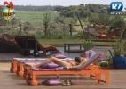 Manoella descansa à beira da piscina após tarefas - Reprodução/Record