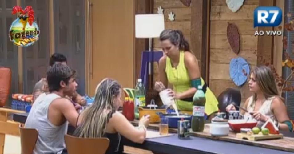 Peões jantam após atividade com Rodrigo Faro