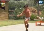 Victor treina com corda e aproveita piscina sozinho - Reprodução/Record