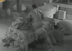 Após guerra de travesseiro no quarto escuro, Victor monta em Ísis - Reprodução/Record