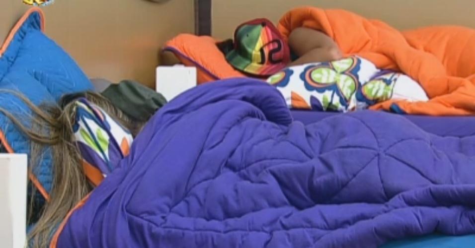 Peões descansam durante início da noite depois de dia conturbado