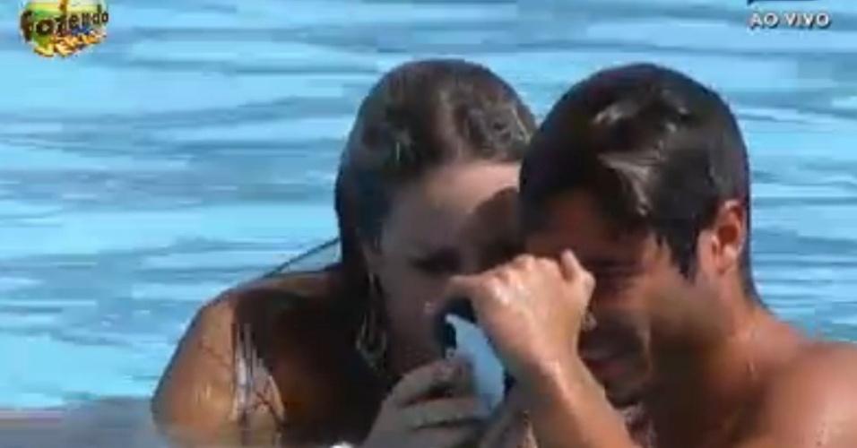 Peões tiram fotos com câmera à prova de água