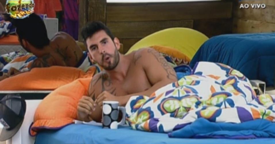 Thyago toma café da manhã na cama